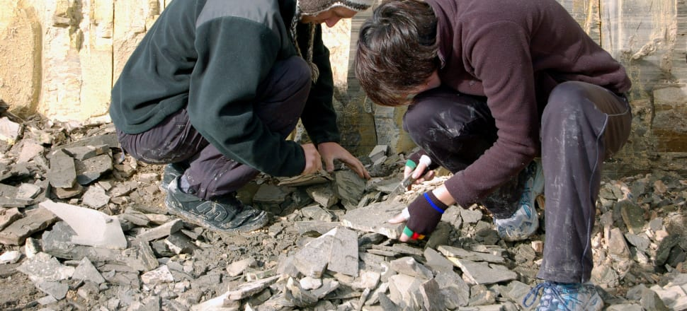 University students search for fossils at Foulden Maar. Photo: Larusnz, CC BY-SA 4.0