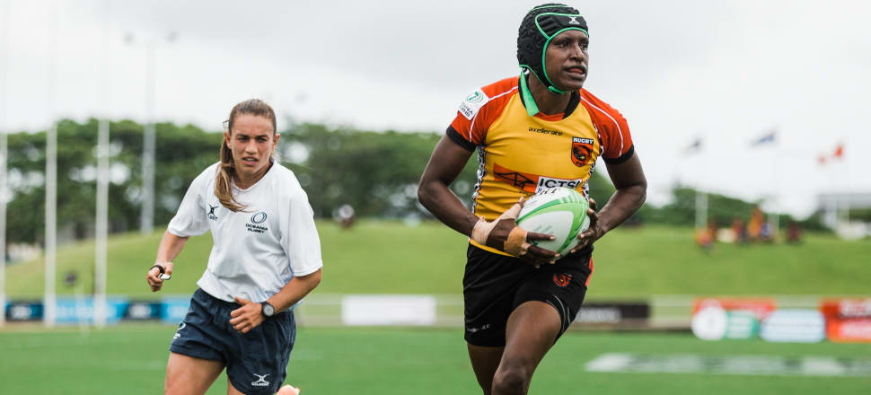 Speedy Black Fern-turned-referee Selica Winiata is right on the pace with a Papua New Guinea sevens player at the Oceania Sevens in Suva. Photo: Oceania Rugby/Trina Edwards.