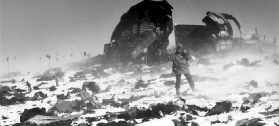 Erebus disaster recovery work being carried out during an Antarctic blizzard. Photo: Archives NZ