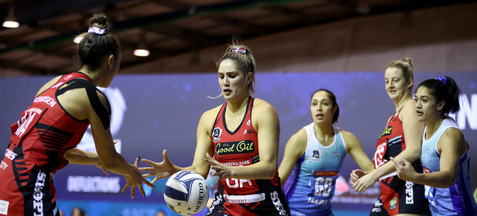 New Tactix shooter Te Paea Selby-Rickit takes a pass from Erikana Pedersen in their one-goal win over the Mystics in the new-look ANZ Premiership. Photo: Getty Images.