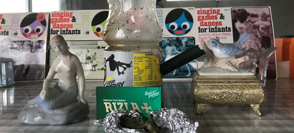 Tinfoil, papers, bong: typical household utensils.